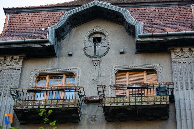 ferestre-cu-balcon-palatul-dauerbach-din-timisoara-judetul-timis.jpg
