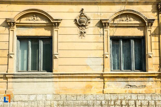 ferestre-cu-detalii-ornamentale-casa-popescu-marieta-din-drobeta-turnu-severin-judetul-mehedinti.jpg