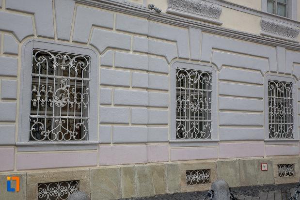 ferestre-cu-gratii-de-la-palatul-brukenthal-azi-muzeul-national-brukenthal-din-sibiu-judetul-sibiu.jpg