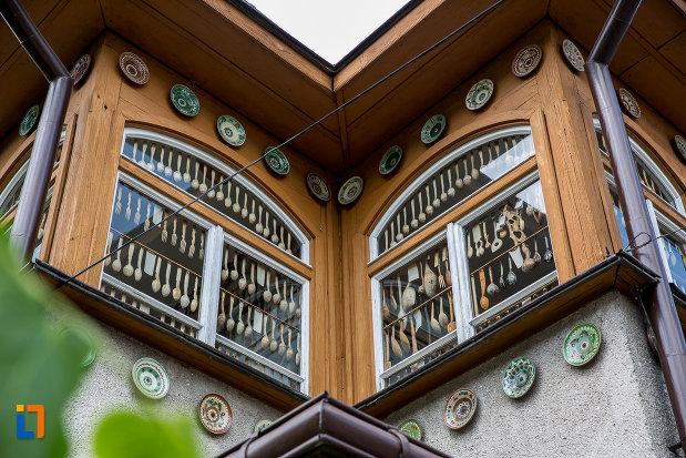 ferestre-cu-linguri-muzeul-lingurilor-ion-tugui-din-campulung-moldovenesc-judetul-suceava.jpg