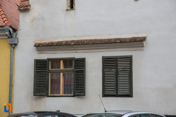 ferestre-cu-obloane-casa-bobel-din-sibiu-judetul-sibiu.jpg