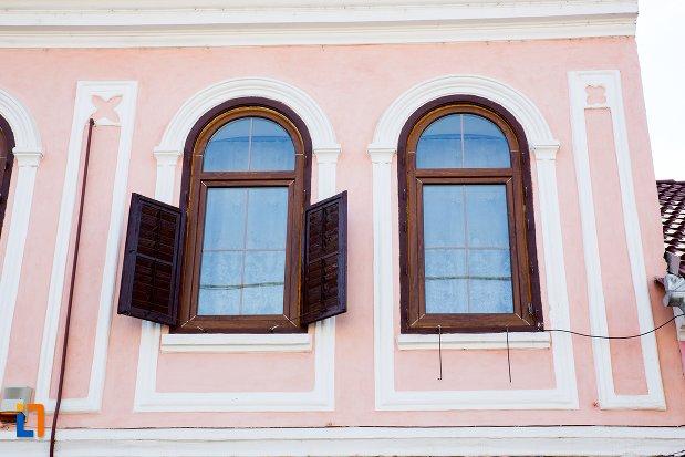 ferestre-cu-obloane-casa-din-rupea-judetul-brasov.jpg