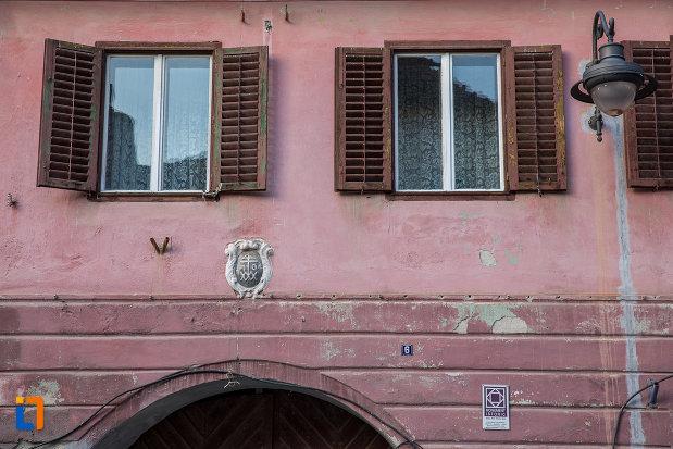 ferestre-cu-obloane-de-la-casa-martin-wankel-din-sibiu-judetul-sibiu.jpg