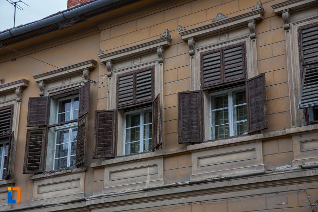 ferestre-cu-obloane-din-lemn-casa-hermann-wagner-1875-din-sibiu-judetul-sibiu.jpg