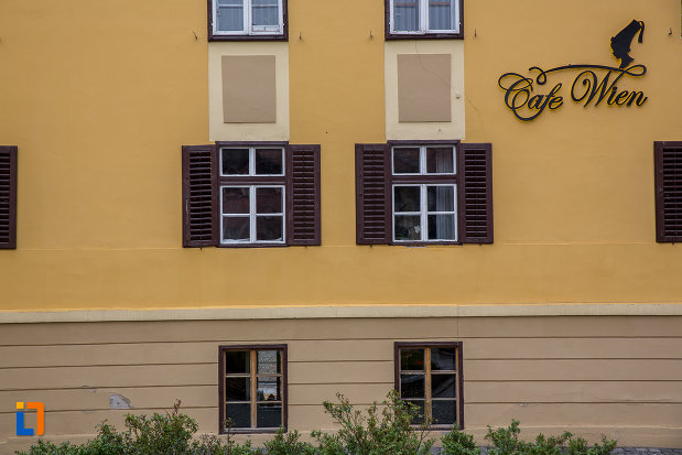 ferestre-cu-obloane-din-lemn-consistoriul-districtual-al-bisericii-evanghelice-din-sibiu-judetul-sibiu.jpg