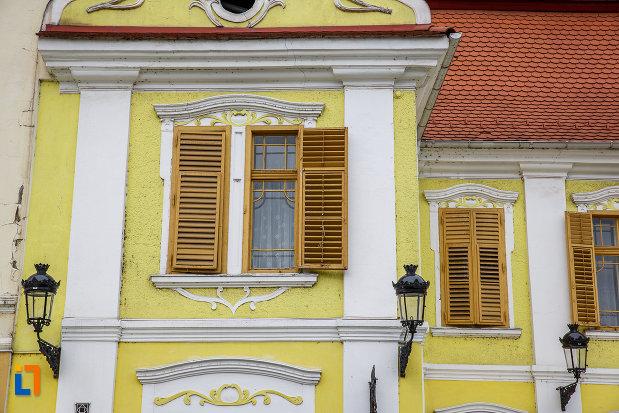 ferestre-cu-obloane-din-lemn-hanul-la-strugurele-de-aur-din-medias-judetul-sibiu.jpg