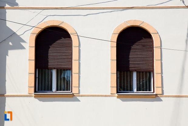 ferestre-de-la-ansamblul-urban-str-teilor-nr-13-din-alba-iulia-judetul-alba.jpg