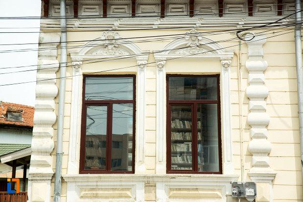 ferestre-de-la-biblioteca-din-ramnicu-sarat-judetul-buzau.jpg