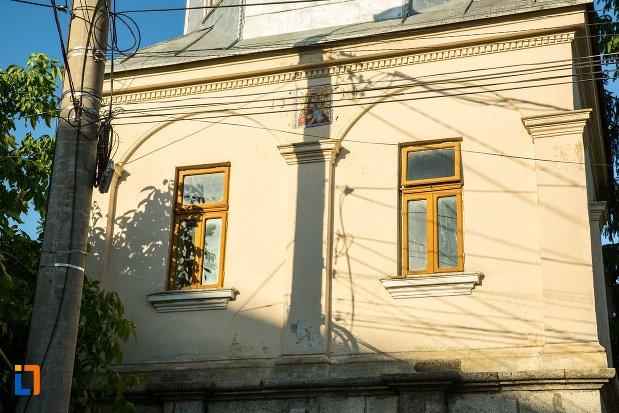 ferestre-de-la-biserica-adormirea-maicii-domnului-din-buzau-judetul-buzau.jpg