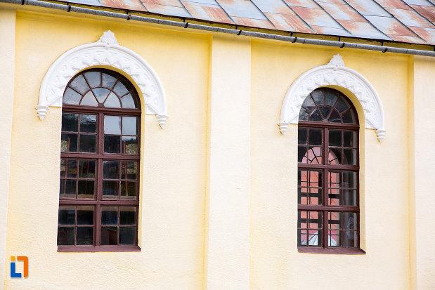 ferestre-de-la-biserica-evanghelica-din-steierdorf-judetul-caras-severin.jpg