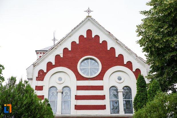 ferestre-de-la-biserica-romano-catolica-sf-francisc-de-assisi-din-targoviste-judetul-dambovita.jpg