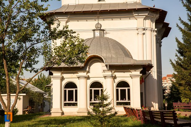 ferestre-de-la-biserica-vovidenia-din-botosani-judetul-botosani.jpg