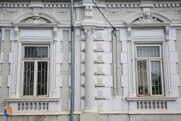 ferestre-de-la-camera-de-comerti-si-industrie-din-tulcea-judetul-tulcea.jpg