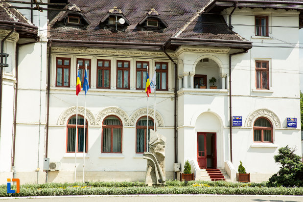 ferestre-de-la-caminul-de-ucenici-al-cooperatiei-mestesugaresti-azi-primaria-din-targu-jiu-judetul-gorj.jpg