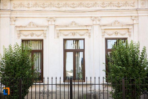 ferestre-de-la-casa-abete-azi-inspectoratul-scolar-din-botosani-judetul-botosani.jpg