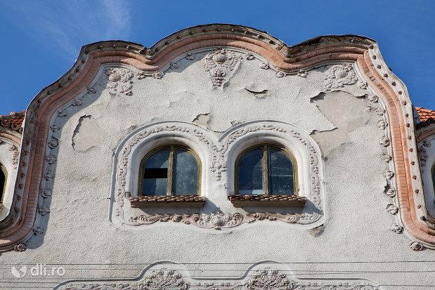 ferestre-de-la-casa-adorjan-i-din-oradea-judetul-bihor.jpg