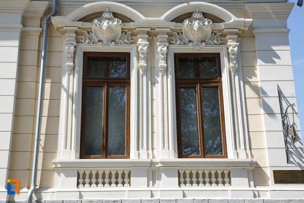 ferestre-de-la-casa-avramide-muzeul-de-stiintele-naturii-delta-dunarii-din-tulcea-judetul-tulcea.jpg