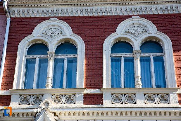 ferestre-de-la-casa-azi-birouri-ale-comunitatii-evreiesti-din-brasov-judetul-brasov.jpg