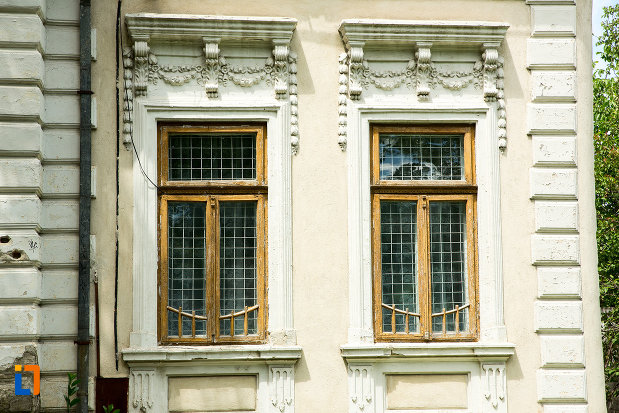 ferestre-de-la-casa-azi-farmacie-din-tecuci-judetul-galati.jpg