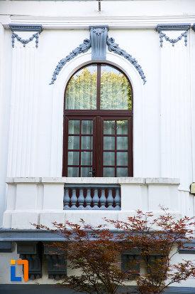ferestre-de-la-casa-azi-rectoratul-universitatii-valahia-din-targoviste-judetul-dambovita.jpg