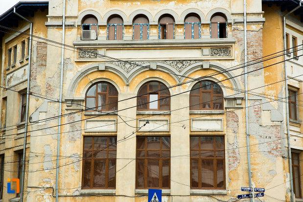 ferestre-de-la-casa-corpului-didactic-din-galati-judetul-galati.jpg
