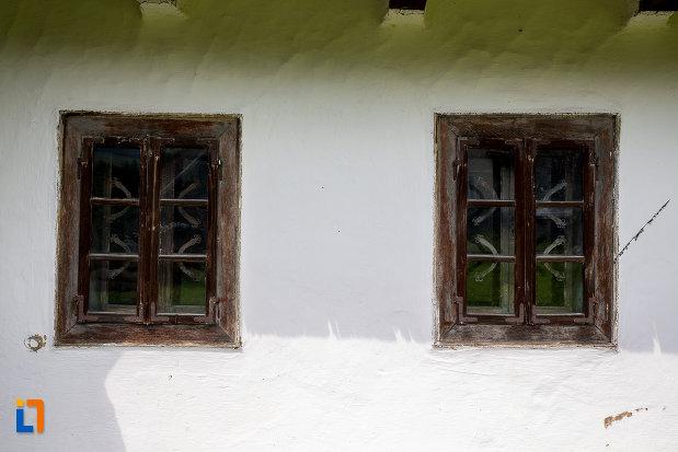 ferestre-de-la-casa-de-lemn-petru-cracana-din-campulung-moldovenesc-judetul-suceava.jpg
