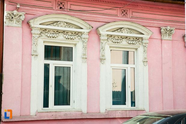 ferestre-de-la-casa-de-negustor-drobeta-turnu-severin-judetul-mehedinti.jpg