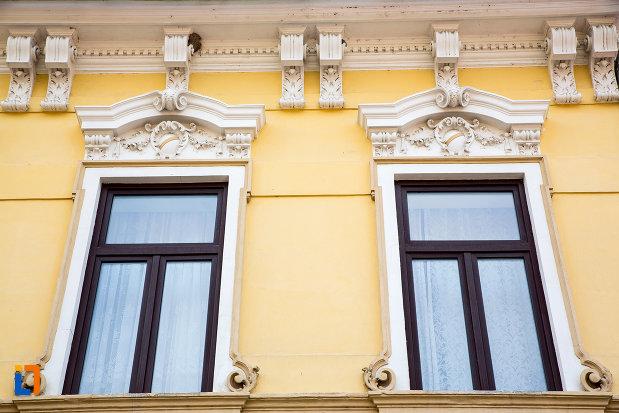 ferestre-de-la-casa-de-pe-str-1-decembrie-1918-din-oravita-judetul-caras-severin.jpg