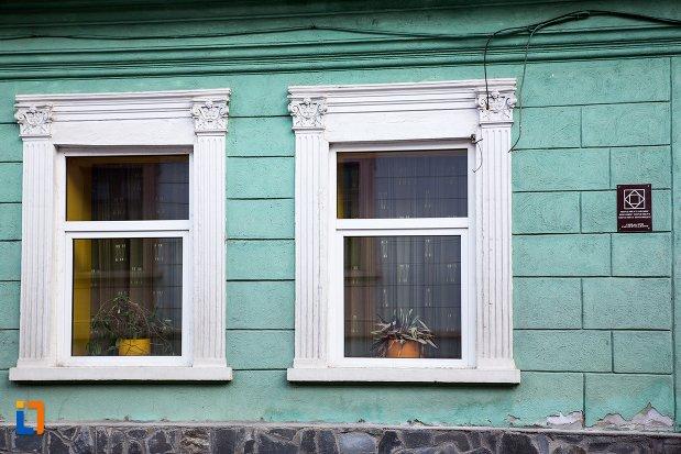 ferestre-de-la-casa-de-pe-str-constantin-brancoveanu-nr-35-din-brasov-judetul-brasov.jpg