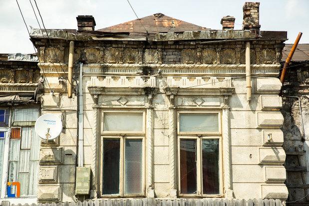 ferestre-de-la-casa-de-pe-str-dragaicii-nr5-din-ramnicu-sarat-judetul-buzau.jpg