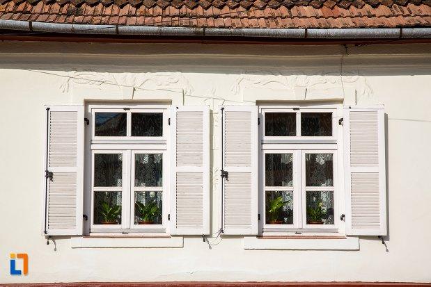 ferestre-de-la-casa-din-str-pietei-nr-75-din-ghimbav-judetul-brasov.jpg