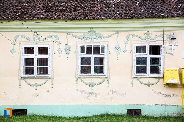 ferestre-de-la-casa-din-str-scolii-nr-259-din-ghimbav-judetul-brasov.jpg