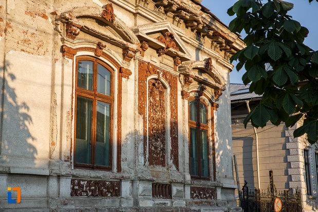 ferestre-de-la-casa-dr-constantin-vasiliu-1785-din-ploiesti-judetul-prahov.jpg