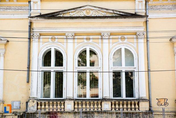 ferestre-de-la-casa-garabet-ciolac-din-botosani-judetul-botosani.jpg