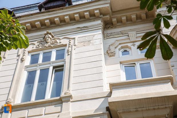 ferestre-de-la-casa-ghita-stoenescu-1885-azi-clinica-din-ploiesti-judetul-prahova.jpg