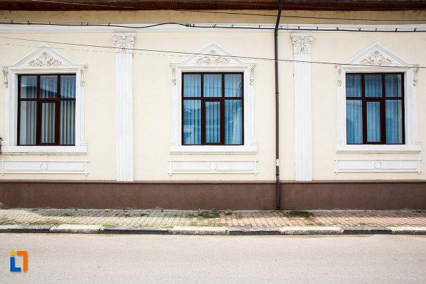 ferestre-de-la-casa-hentze-din-giurgiu-judetul-giurgiu.jpg