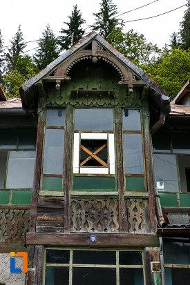 ferestre-de-la-casa-ion-seu-din-azuga-judetul-prahova.jpg