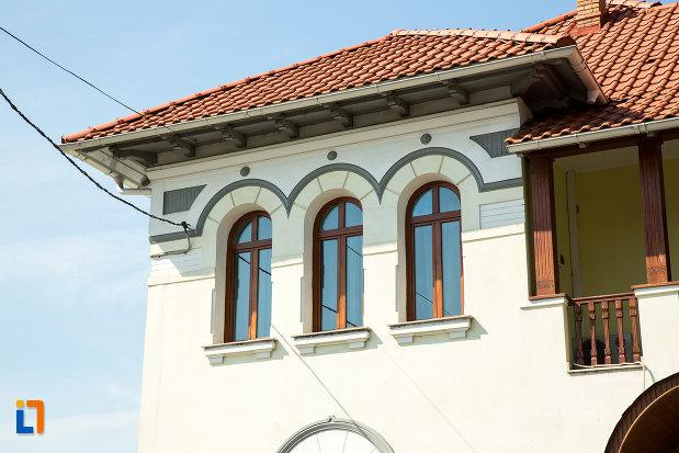ferestre-de-la-casa-iorgu-antonescu-din-ramnicu-sarat-judetul-buzau.jpg