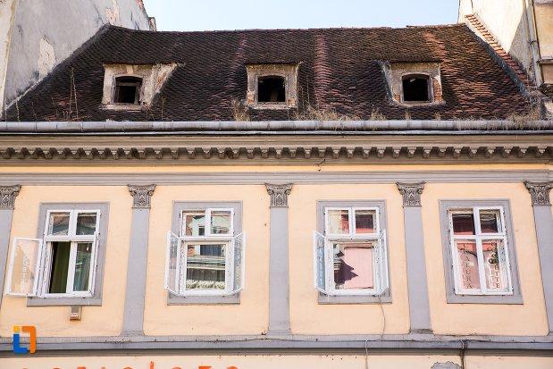 ferestre-de-la-casa-lazar-din-brasov-judetul-brasov.jpg