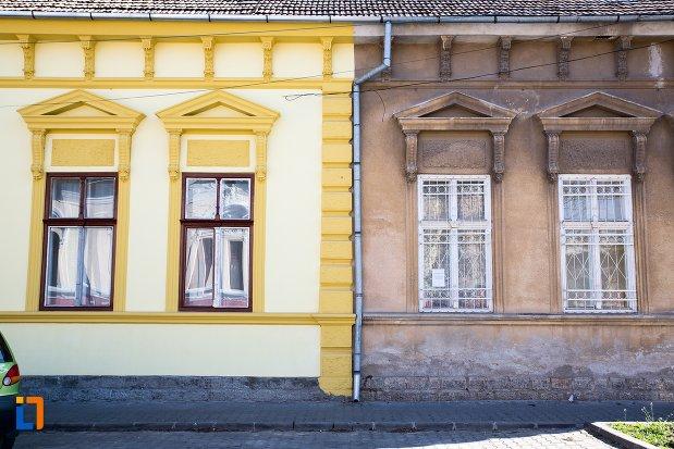 ferestre-de-la-casa-monument-istoric-din-alba-iulia-judetul-alba.jpg