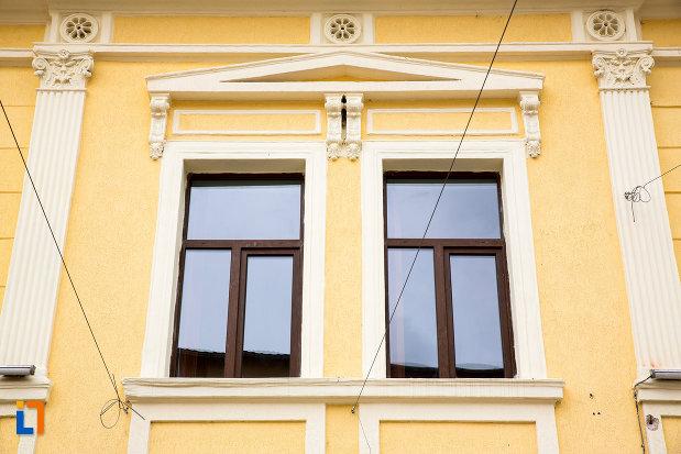 ferestre-de-la-casa-municipala-de-cultura-george-suru-din-caransebes-judetul-caras-severin.jpg