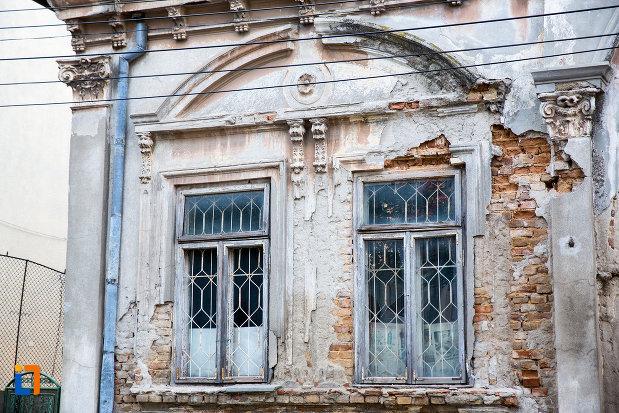 ferestre-de-la-casa-murad-g-ali-din-medgidia-judetul-constanta.jpg