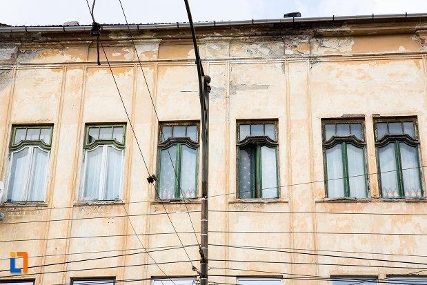 ferestre-de-la-casa-neff-i-cu-baia-publica-din-resita-judetul-caras-severin.jpg