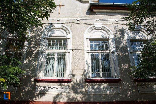 ferestre-de-la-casa-nicolae-filipescu-azi-parohia-ortodoxa-din-rupea-judetul-brasov.jpg