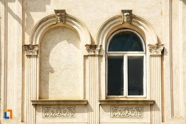 ferestre-de-la-casa-panu-din-botosani-judetul-botosani.jpg