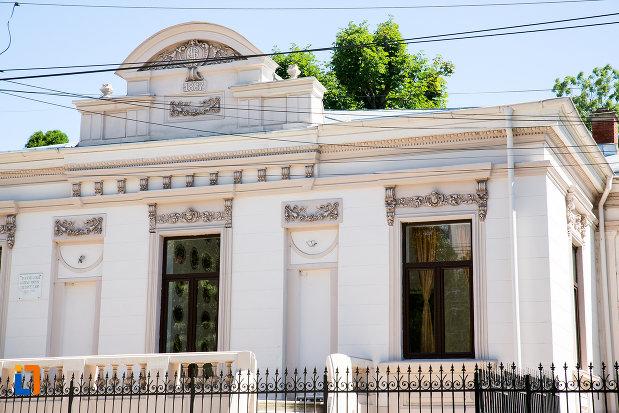 ferestre-de-la-casa-poetului-george-cair-din-targoviste-judetul-dambovita.jpg