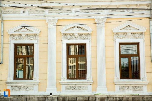 ferestre-de-la-casa-seceleanu-azi-inspectoratul-scolar-din-buzau-judetul-buzau.jpg