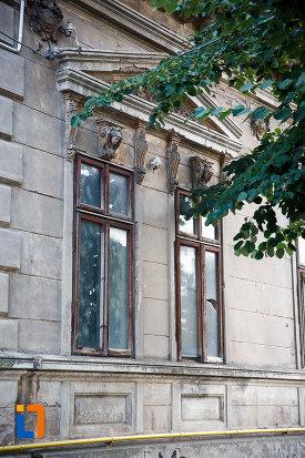 ferestre-de-la-casa-teodor-marinescu-din-alexandria-judetul-teleorman-un-monument-de-arhitectura.jpg