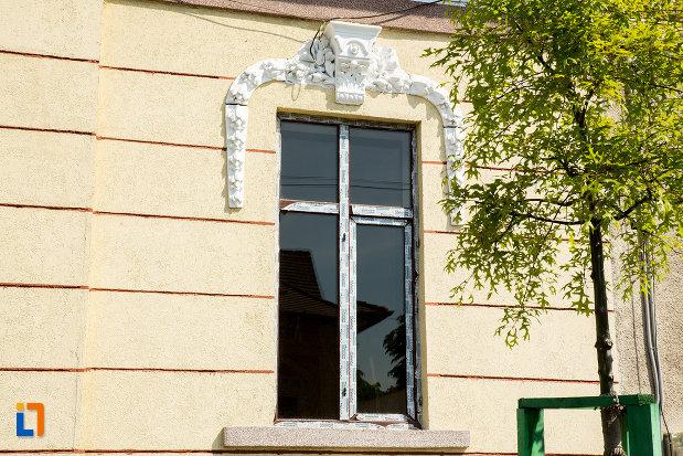 ferestre-de-la-casa-turlacu-aurel-din-drobeta-turnu-severin-judetul-mehedinti.jpg
