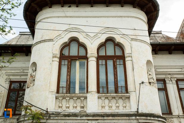 ferestre-de-la-casa-vasile-moanga-din-targu-jiu-judetul-gorj.jpg